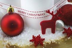 Украшение рождества на золотой плите с красными оленями стоковые изображения