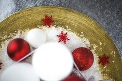 Украшение рождества на золотой плите стоковое фото