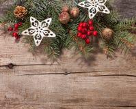 Украшение рождества на старой деревянной планке Стоковые Фотографии RF
