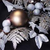 Украшение рождества над черной предпосылкой. Сияющие золото и glitt стоковое изображение rf