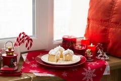 Украшение рождества: дома пряника, конфеты, игрушки и свечи красного цвета горения Стоковые Фото