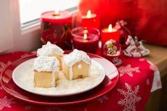 Украшение рождества: дома пряника, конфеты, игрушки и свечи красного цвета горения Стоковое Изображение RF