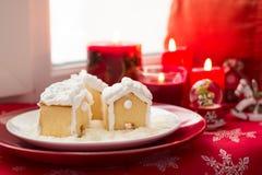 Украшение рождества: дома пряника, конфеты, игрушки и свечи красного цвета горения Стоковое фото RF