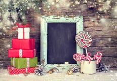 Украшение рождества праздничное с подарочными коробками и тросточками конфеты стоковое фото rf