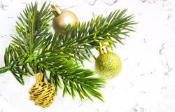 Украшение рождества, предпосылка концепции рамки гирлянды орнаменты handbell рождества ветви коробки шарика Стоковая Фотография RF