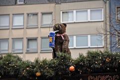 Украшение рождества плюшевого медвежонка на рынке зимы в Кёльне Стоковое Фото