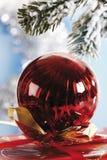 Украшение рождества, смертная казнь через повешение безделушки рождества от хворостины сосны Стоковые Фотографии RF