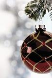 Украшение рождества, смертная казнь через повешение безделушки рождества от хворостины сосны Стоковые Изображения