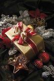 Украшение рождества с безделушками и подарком на рождество рождества Стоковое фото RF