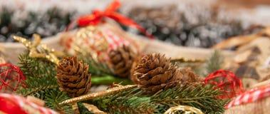 Украшение рождества с: Венок рождества, сосна разветвляет, конусы сосны, желтые звезды рождества яркого блеска Стоковые Изображения