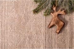 Украшение рождества с ветвью ели и деревянным оленей righ наверху Стоковое Изображение
