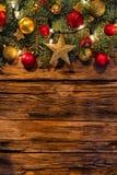 Украшение рождества с ветвями ели на деревянном стоковое фото rf
