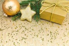 Украшение рождества с звездой подарочной коробки и золота Стоковое фото RF