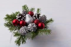 Украшение рождества с красными орнаментами яркого блеска и серебряным месивом Стоковые Фото