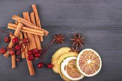 Украшение рождества с кусками анисовки звезды, циннамона и яблока на древесине Стоковая Фотография