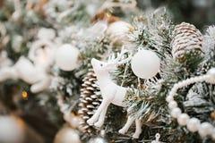 Украшение рождества с оленями игрушки, шариками и конусами сосны Стоковые Фотографии RF