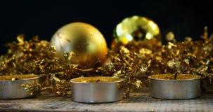 Украшение рождества с свечой света чая на деревянной планке акции видеоматериалы