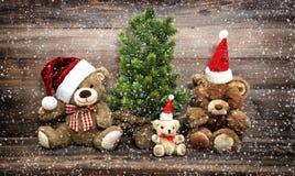 Украшение рождества с смешной семьей плюшевого медвежонка игрушек в снеге Стоковое Изображение RF