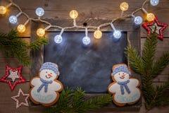 Украшение рождества с снеговиком доски и пряника Стоковые Фотографии RF