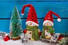 Украшение рождества с figurines santa на деревянной предпосылке Стоковые Фотографии RF