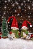 Украшение рождества с figurines santa на деревянной предпосылке Стоковые Изображения