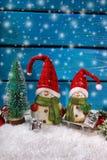 Украшение рождества с figurines santa на деревянной предпосылке Стоковая Фотография RF