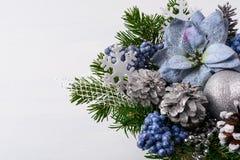 Украшение рождества с handmade снежинками и голубым silk poin Стоковое Изображение RF