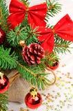 Украшение рождества, хворостина сосны, безделушки рождества на celebratio Стоковые Изображения