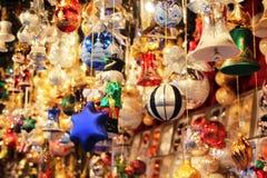 Украшение рождественской елки Нового Года забавляется семья праздника стоковые фотографии rf
