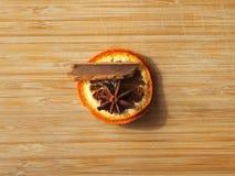 Украшение рождественской елки - сухая апельсиновая корка, с расшивой циннамона и частью анисовки звезды Стоковое Изображение RF