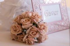 Украшение роз на таблице настоящих моментов Стоковые Изображения