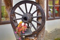 Украшение сада с деревянным колесом Стоковые Фотографии RF