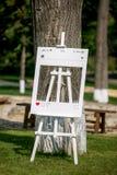 Украшение свадебной церемонии лета на открытом воздухе Рамка для гостей, социальное concep фото сетей, вертикальный взгляд стоковая фотография