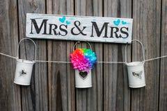 Украшение свадьбы на деревянной загородке стоковые изображения