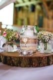 Украшение свадьбы на деревянной плите Стоковое Изображение