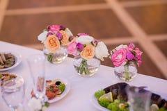 Украшение свадьбы на таблице Цветочные композиции и украшение стоковые фото