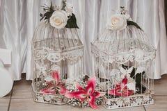 Украшение свадьбы со старыми клетками стоковое изображение