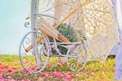 Украшение свадьбы велосипеда и зонтика Стоковые Изображения