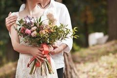 Украшение свадьбы в стиле boho, цветочной композиции, украсило таблицу в саде Стоковые Изображения RF
