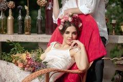 Украшение свадьбы в стиле boho, цветочной композиции, украсило таблицу в саде Стоковое Изображение RF