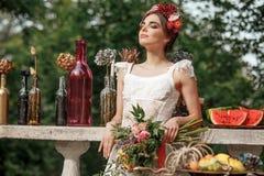 Украшение свадьбы в стиле boho, цветочной композиции, украсило таблицу в саде Стоковая Фотография