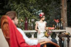 Украшение свадьбы в стиле boho, цветочной композиции, украсило таблицу в саде Стоковое Фото