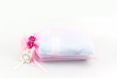 Украшение свадьбы полотенца с цветками и биркой Стоковое Изображение RF