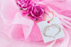 Украшение свадьбы полотенца с цветками и биркой Стоковые Фотографии RF