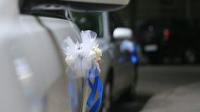Украшение свадьбы роскошного белого автомобиля на дороге ночи сток-видео