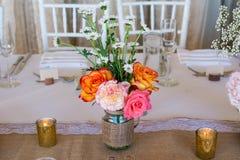 Украшение свадьбы с розовыми цветками, свечами золота и подняло романтично Стоковые Фотографии RF