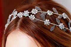 Украшение серебра отбортовывая на волосах ` s девушки конец Стоковое фото RF