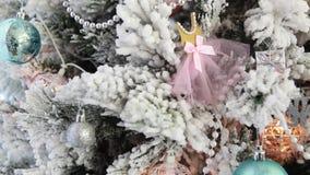 Украшение снежинки на рождественской елке акции видеоматериалы