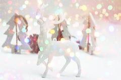 Украшение состава белого рождества в светах скандинавских конусов сосны елей северного оленя стиля деревянных блестящих сверкная  Стоковое фото RF