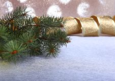 Украшение с рождественской елкой на расплывчатой, сверкная и фантастичной предпосылке Стоковые Изображения